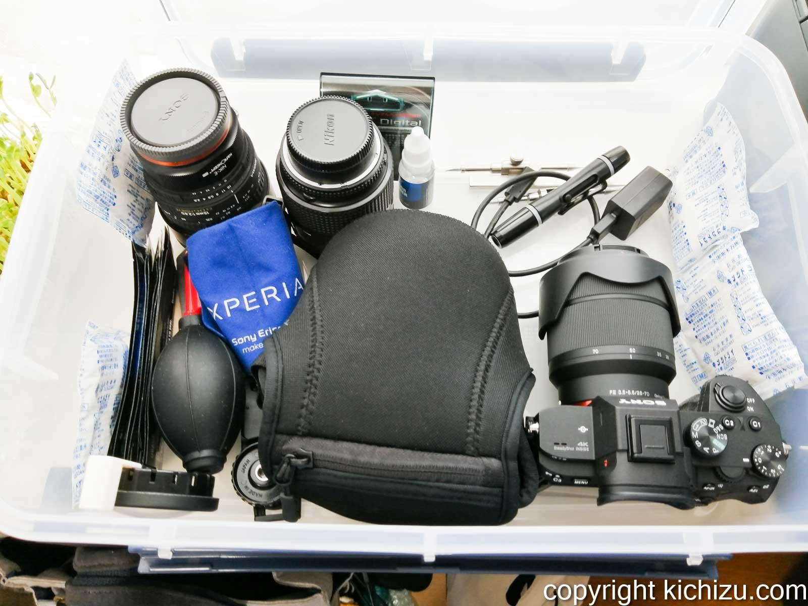ドライケースにカメラなどを入れた様子