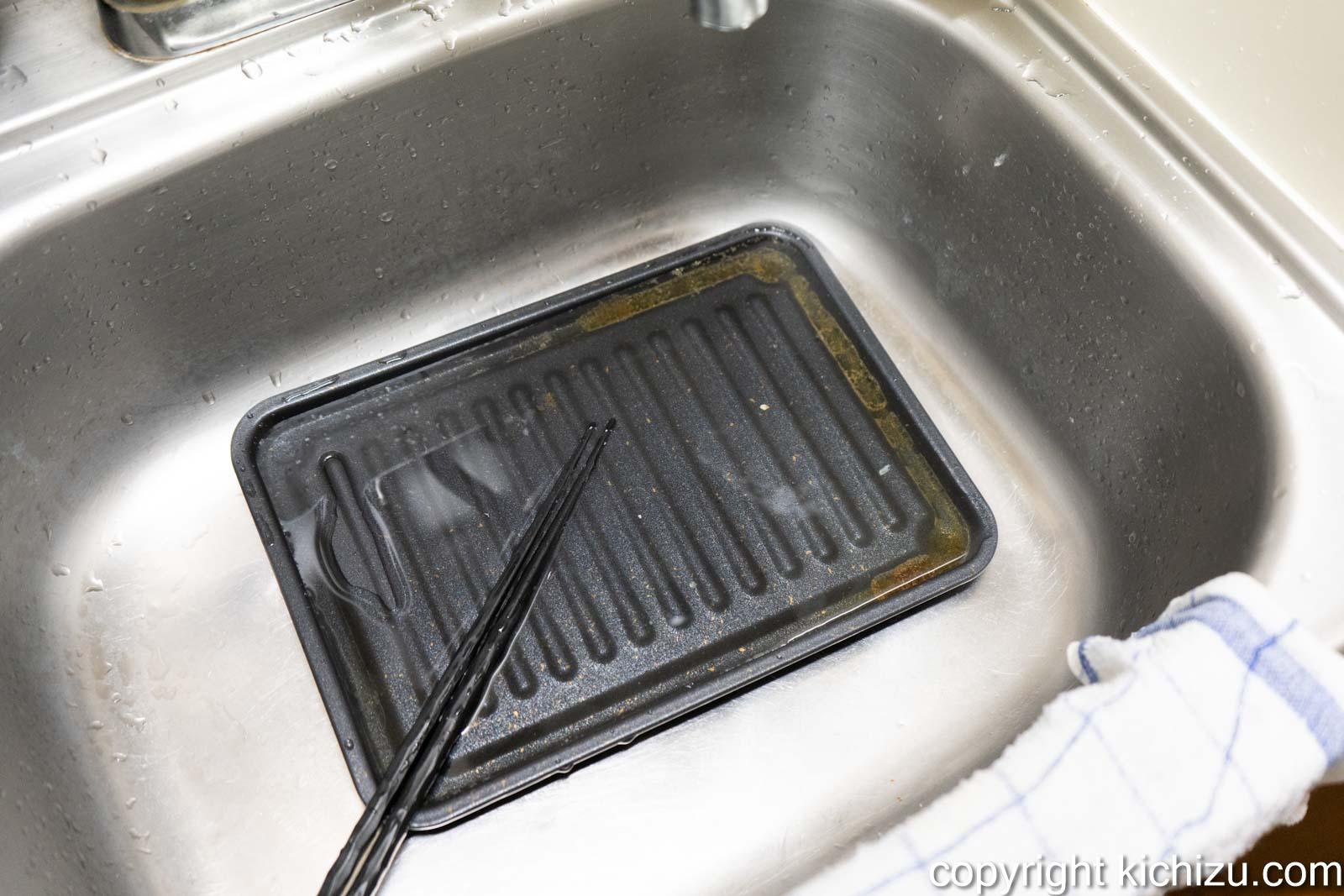 焼魚トレー マーブルを洗う様子