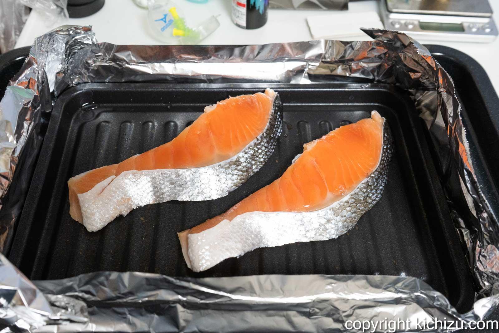 焼魚トレー マーブルに切り身鮭を乗せた様子